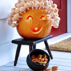 Lollipop Pumpkin DIY Idea: This fun pumpkin is the perfect way to store and give out Halloween candy this year. Get the easy DIY idea and tutorial here.