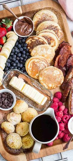 Pancake Charcuterie Board - The most delicious breakfast pancake sausage board . - Pancake Charcuterie Board – The most delicious breakfast pancake sausage board. Fluffy homemade p - Breakfast Platter, Breakfast Meat, Breakfast Pancakes, Snack Platter, Platter Ideas, Meat Platter, Breakfast Time, Brunch Recipes, Breakfast Recipes