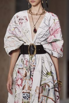 Alexander McQueen Spring 2020 Ready-to-Wear Collection - Vogue Source by 2020 fashion trends Review Fashion, Fashion Mode, Runway Fashion, High Fashion, Fashion Show, Fashion Outfits, Fashion Tips, Fashion Advisor, Vogue Fashion
