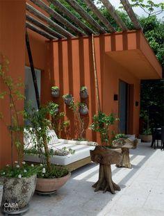 Com medida para o sol, I love the log pergola- will definitely do this! Outdoor Areas, Outdoor Walls, Outdoor Living, Outdoor Decor, Global Home, Garden Deco, Hacienda Style, Backyard Retreat, Beautiful Space