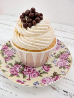 Cupcakes deliciosos y muy tiernos desde $15.70 el pack (aprox. 14€, consultar en la página web: www.mrandmrsweet.com) #cupcakes #minicupcakes #chocolate #buttercream #frosting #redvelvet #vainilla #sweet #dulce #events #catering #food #handmade #foodie #sweetbarcelona #foodgram #bakery #foodiebcn #barcelonacake #postres #mrandmrsweet Mini Cupcakes, Panna Cotta, Chocolate, Ethnic Recipes, Top, Vanilla, Sweets, Deserts, Dulce De Leche