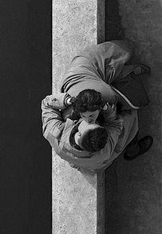 """Frank Horvat, """"Les amoureux du Quai du Louvre"""", Paris, 1955. Veja também: http://semioticas1.blogspot.com.br/2012/01/homens-ilustres.html"""