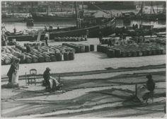 Tweede haven, Zeesluiswegzijde, gezien naar de Dr. Lelykade; op de voorgrond zijn boetsters de netten aan het repareren; in de haven o.a. de loggers SCH 39 en 140. 1947 Dienst voor de Stadsontwikkeling #ZuidHolland #Scheveningen