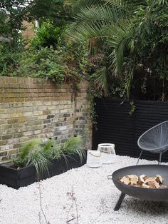Before & After: My contemporary garden makeover with Wyevale Garden Centres - London garden makeover - black fencing - cream gravel - simple outdoor living Garden Makeover, Backyard Makeover, Fence Landscaping, Backyard Fences, Modern Fire Pit, Outdoor Living, Indoor Outdoor, Outdoor Plants, Outdoor Decor