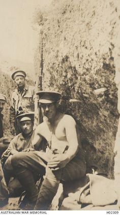 Siperlerdeki sıcak havayı hisseden küçük bir grup asker. Gelibolu 1915. / Small group of soldiers feeling the heat in the trenches. Gallipoli. 1915.