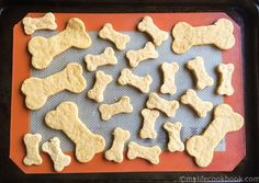 These easy dog biscuits are made entirely from baby food. This is an easy, economical and healthy way to treat your dog. Puppy Treats, Diy Dog Treats, Puppy Food, Homemade Dog Treats, Pet Food, Easy Dog Treat Recipes, Baby Food Recipes, Chicken Baby Food, Dog Biscuit Recipes