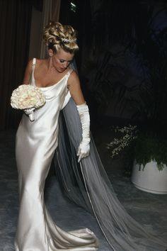 This is so elegant.  It looks like the dress that Caroline Bissett married John Kennedy in on their island wedding.