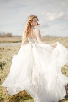 windswept bridal style by claire graham | image via: wedding sparrow