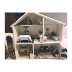 IKEA Flisat dollhouse makeover photo by @mommytomissa • 51 likes