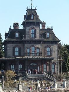 Phantom Manor at Disneyland Paris is similar to Haunted Mansion at Disney World but there are enough differences to make an interesting contrast. Haunted Mansion Disney, Disney Dream, Disney Love, Gothic House, Gothic Mansion, Disney Aesthetic, Second Empire, Parking Design, Paris Photography