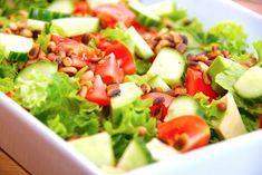 Nem avocadosalat med tomat og pinjekerner via Cobb Salad, Buffet, Food, Italy, Meal, Buffets, Essen, Hoods, Meals