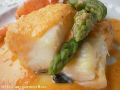Lomos de bacalao al horno con salsa de langostinos y espárragos