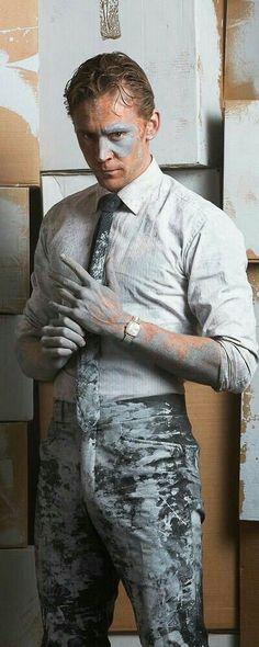 Tom Hiddleston as Dr Robert Laing in High-Rise. Don't really plan on seeing it. But they got a pic of him covered in paint and as an artist it kinda makes me happy. Maybe fact should worry more than it does. Tom Hiddleston Loki, Thomas William Hiddleston, Hiddleston Daily, Tom Hiddleston High Rise, Loki Laufeyson, Loki Thor, Phil Coulson, Marvel Actors, Marvel Avengers