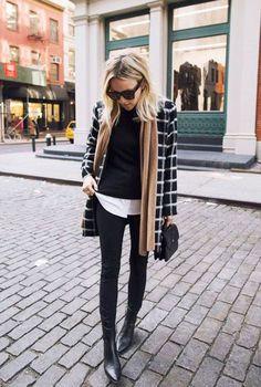 Look de frio com tricot sobre camisa, casaco xadrez alongado, calça preta, skinny boots e cachecol.