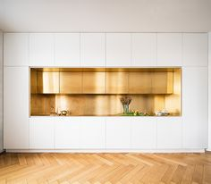 Serious brass kitchen and flooring goals by the German design geniuses at Zeitra. Serious brass kitchen and flooring goals by the German design geniuses at Zeitraum. Brass Kitchen, Kitchen Dining, Kitchen Decor, Kitchen Backsplash, Kitchen Ideas, Kitchen Tips, Rustic Kitchen, Diy Kitchen, Eclectic Kitchen