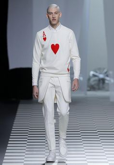 #hombre #juego #mesa #carta #poker #rojo #blanco #fashion #guardapolvo #pantalon #zapatos #diseño #pelo #detalles