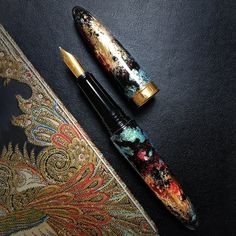 The fountain pen Sublime #014 delivers a distinctively striking combination of malachite green, dark red, and rich gold colors. The magic touch of metallics and sparkles adds sense of luxury and sophistication. #BENU #BENUpen #FountainPen #FountainPens #designerpen #writingpen #penlover #writinginstruments