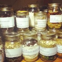 Confessions of a barefoot housewife: Confession Meals in a Jar: Another Form of Nesting - several recipes Make Ahead Meals, Freezer Meals, Jar Gifts, Food Gifts, Mason Jar Mixes, Mason Jars, Canning Recipes, Jar Recipes, Survival Food