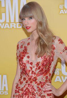 Libre de accesorios y con los labios rojos perfectos, este es uno de nuestros looks favoritos de Taylor Swift de todos los tiempos.