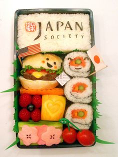 Make your own Healthy Bento Box for your child's school lunch! - Click through to the site to see many other amazing Bento Box ideas! I use all Vegan items, but the possibilities are limitless! Japanese Food Art, Japanese Lunch, Japanese Sweets, Cute Bento Boxes, Bento Box Lunch, Bento Lunchbox, Bento Recipes, Cooking Recipes, Sushi Comida