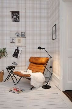 Love the tonal plaid walls. Leren design stoel met klassieke uitstraling. #meubels #inspiratie