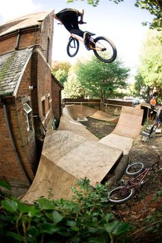BMX Backyard for boys! Bmx Scooter, Bmx Bicycle, Bmx Bikes, Mtb, Best Bmx, Bmx Dirt, Bike Photography, Bmx Freestyle, Bike Parking