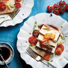 If you& got guest coming over and aren& sure what to serve them, tomato and tofu starters are a simple, no cook dish sure to impress. Heirloom Tomatoes, Cherry Tomatoes, Vegan Gluten Free, Vegan Vegetarian, Large Plates, Ideal Protein, Beef Steak, Starters, Tofu