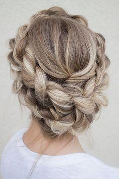 Zdjęcie numer 24 w galerii - Najmodniejsze fryzury na wesele i ślub. Zobacz najciekawsze upięcia dla długich i krótkich włosów