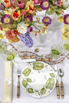 A lunch among heras and butterflies. Dishes, vases, cups, bowls, cutlery, silverware rests, place markers, and napkins: Tania Bulhões | Arrangements: Milplantas | Towel: Salvador Mercado Modelo.