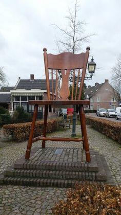 De Stoel van Oirschot, een eerbetoon aan de meubelindustrie die ooit erg groot was hier.