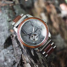 Die Herren Holzuhr Dubai von Holzkern hängt an einem Ast Wood Watch, Omega Watch, Dubai, Watches, Leather, Accessories, Skyline, Design, Marble