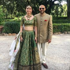 This pretty bride Meghna jhuremalani went for an unique emerald green lehenga with a simple white floral dupatta giving us major wedding lehenga goals!S - you cannot ignore her half&half print on her lehenga😍. Indian Lehenga, Banarasi Lehenga, Green Lehenga, Sabyasachi Lehengas, Floral Lehenga, Banaras Sarees, Sabyasachi Bride, Silk Sarees, Lehenga Designs