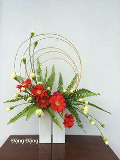 images of ikebana flower arrangement Contemporary Flower Arrangements, Creative Flower Arrangements, Tropical Floral Arrangements, Ikebana Flower Arrangement, Church Flower Arrangements, Ikebana Arrangements, Beautiful Flower Arrangements, Fresh Flower Arrangement, Fall Arrangements