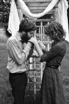 Rüzgarda savrulan saçlarım göğsüne dökülsün. Beni sevmekten hiç vazgeçme..