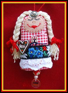 """""""Resi"""" send to momoeight for a private swap.She`s an Oktoberfest dotee and wears a gingerbread heart with her name on it:) Paper Dolls, Art Dolls, Dolls And Daydreams, Felt Crafts Patterns, Creative Box, Fabric Beads, Pin Cushions, Doll Clothes, Whimsical"""