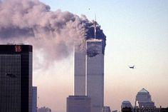Boeing 767 da United Airlines é visto segundos antes de colidir com a Torre Sul do World Trade Center, na Ilha de Manhattan, em Nova York, com 51 passageiros, nove tripulantes e os cinco sequestradores. Na manhã do dia 11 de setembro de 2001, dois aviões comerciais foram sequestrados no Aeroporto de Boston por terroristas da Al Qaeda, e instantes depois atingiram intencionalmente as duas torres do maior complexo comercial do planeta