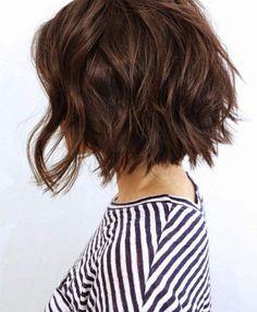 coupe au carré bouclé et cheveux courts pour femme brune