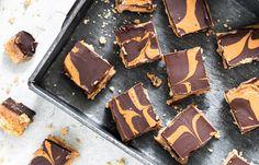 Pindakaas shortcake I Love Food, A Food, Fudge, Sweet Recipes, Caramel, Cheesecake, Sweets, Candy, Chocolate