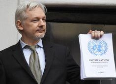 """VIDÉO. Julian Assange, ému, crie """"victoire"""" sur le balcon de l'ambassade d'Équateur à Londres"""