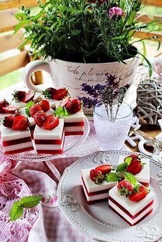 Illéskrisz Konyhája: ~ EPERZSELÉ KOCKA ~ Keto Recipes, Cooking Recipes, Minion, Ale, Table Settings, Strawberry, Table Decorations, Food Ideas, Home Decor