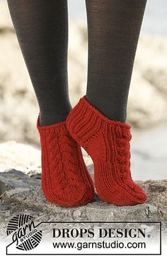 """Chili / DROPS - Free knitting patterns by DROPS Design DROPS socks with braids in """"Alaska"""". Free patterns by DROPS Design. Always wanted to discover ways to knit, nonetheless . Knitting Patterns Free, Free Knitting, Knitting Socks, Baby Knitting, Crochet Patterns, Free Pattern, Sweater Patterns, Knitting Charts, Knitting Stitches"""