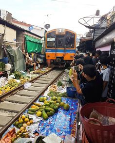 Bangkok railway market 🚃 Where health and safety doesn't exist - miss this crazy place already! #bangkok #railwaymarket #train #travel #bangkoklife #thailand