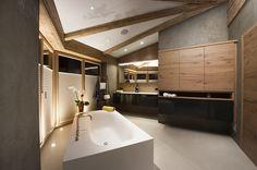 Eine edle und moderne Einrichtung in jedem der 4 #Designer- #Badezimmer lädt zum Entspannen und Verweilen ein. Villa, Designer, Bathtub, Bathroom, Penthouse Apartment, Real Estate Agents, Modern Interiors, Farm Cottage, Farmhouse