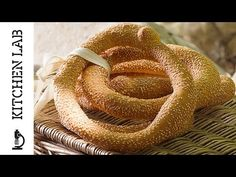 A traditional Greek sesame seed bread rings recipe that is called Thessaloniki sesame bagels. Homemade bagels, simply delicious and crunchy. Greek Desserts, Greek Recipes, Chef Recipes, Recipies, Confectionery Recipe, Sesame Bagel, Tea Loaf, Homemade Bagels, Seed Bread