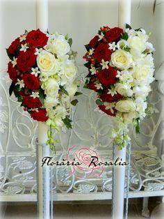 Lumanari cu aranjament alb-rosu ce contine trandafiri, dendrobium, stephanotis