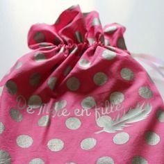 """Duo d'écharpes mère-fille dans un sac personnalisé """"de mère en fille"""" rose à pois argent"""