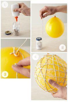 As bolas de barbante são lindos ornamentos que podem ser combinados à iluminação ou não. Você pode fazer várias bolinhas pequenas e encaixar em cada lâmpada de um cordão de pisca-pisca, por exemplo, ou pode fazer uma grande e pendurar na lâmpada...