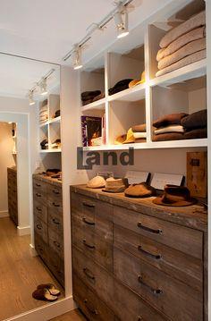 Çok büyük değil ama işlevsel ve giysileri gerektiği gibi toparlayan bir giyinme köşesi http://www.land.com.tr/giyinme-odasi-urunler/cekmeceli-rafli-giyinme-odasi#