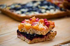 Ovocné koláče z kysnutého cesta na plechu patria medzi najobľúbenejšie domce koláče. Ich výhodou je veľká variabilita ovocia - čerstvé, mrazené, kompótové . Dajú sa použiť takmer všetky druhy - slivky, marhule, ríbezle všetkých farieb, čerešne, čučoriedky, ostružiny, rebarbora, jahody .... Ako ďalší variant je pridanietvarohu pod ovocie. Chrumkavé posýpky podľa tradície boli z múky,…