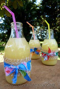 Garrafinhas de leite de coco para servir bebida em festa junina